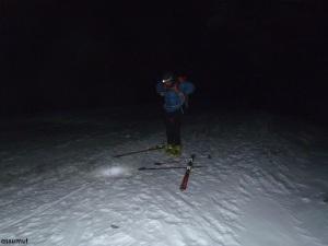 Calzándonos los esquís.
