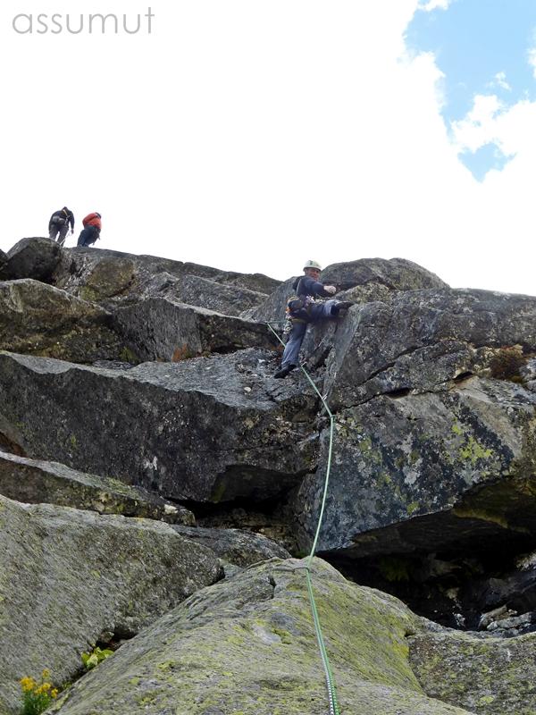 Escalando en la pared del Refugio, tres larguitos que combinamos con otra via en el Escudo el día que llegamos
